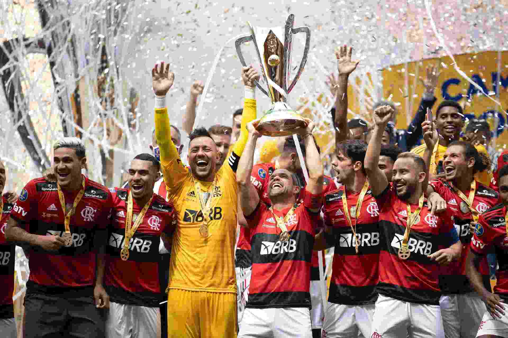 Jogadores do Flamengo levantam a taça da Supercopa do Brasil - Lucas Figueiredo/CBF