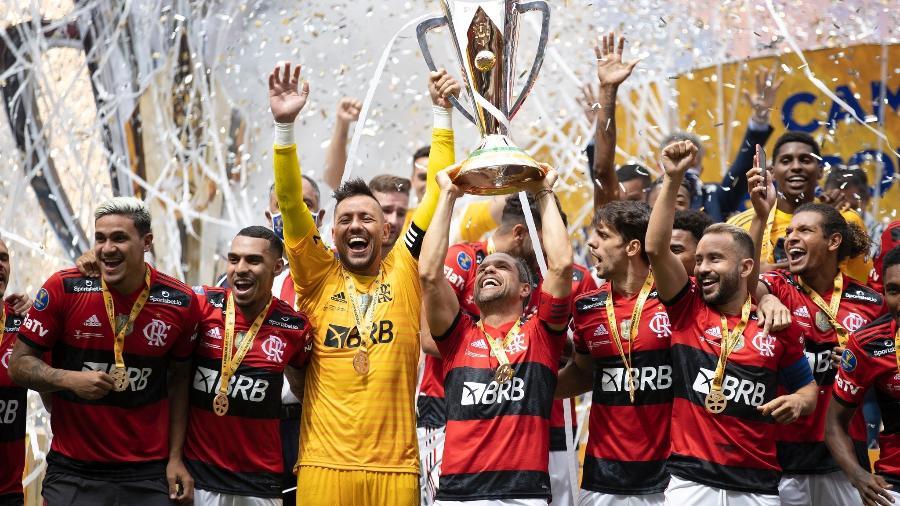 Jogadores do Flamengo levantam a taça da Supercopa do Brasil após baterem o Palmeiras - Lucas Figueiredo/CBF