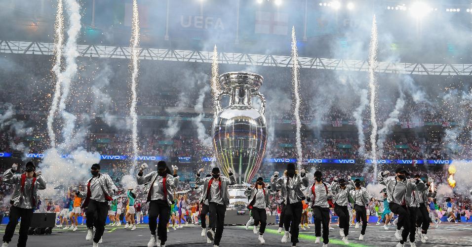 Cerimônia de encerramento da Eurocopa teve troféu gigante e dançarinos de máscara