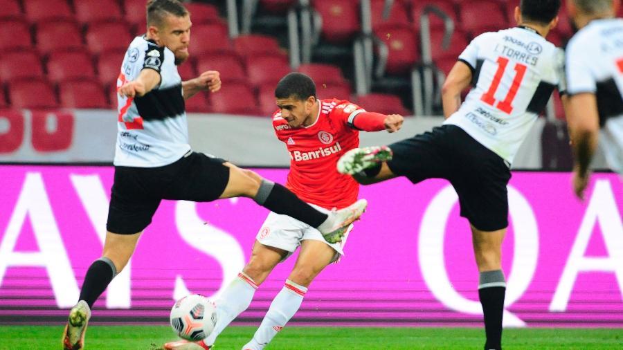 Taison será reavaliado e pode não começar a partida contra o Athletico Paranaense - EFE/Ricardo Rimoli POOL