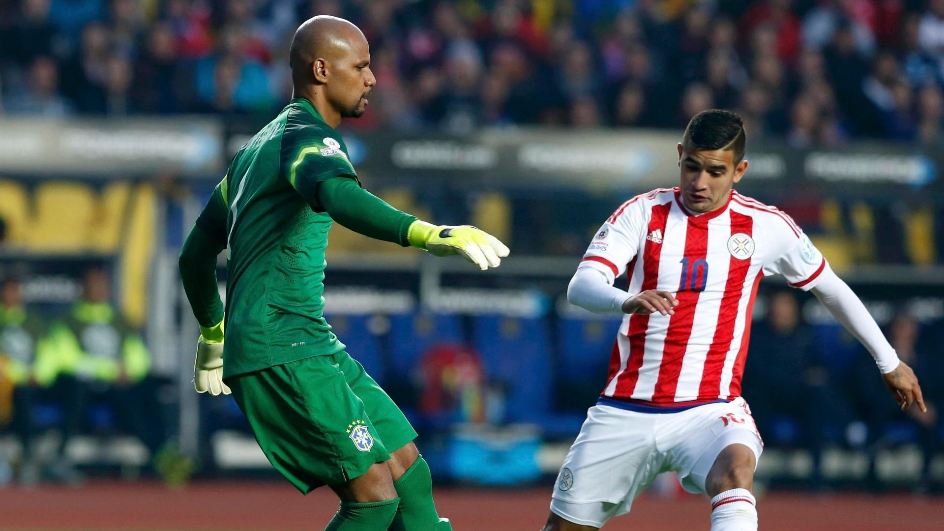 Jefferson trabalha com os pés na frente de Derlis Gonzalez, em jogo entre Brasil e Paraguai nas quartas de final da Copa América
