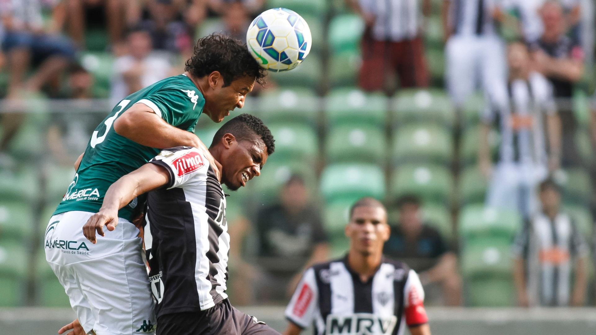 Jemerson e Alex Alves disputam bola no jogo do Atlético-MG contra o Goiás, no Brasileirão