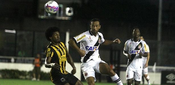 Nenê disputa bola durante partida entre Vasco e Voltaço pela primeira fase do Carioca
