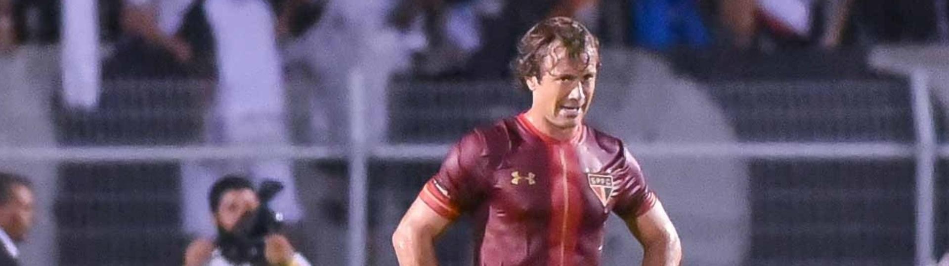Diego Lugano lamenta gol sofrido pelo São Paulo, enquanto Reinaldo (ao fundo) comemora após marcar para a Ponte Preta, em partida neste sábado (27), válida pelo Campeonato Paulista