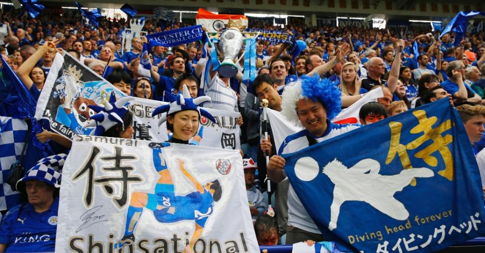 Torcida do Leicester celebra Okazaki