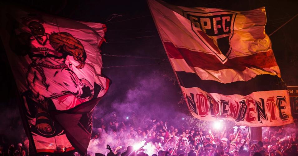 Torcida do São Paulo faz muita festa para receber o time para partida contra o Atlético-MG, no Morumbi