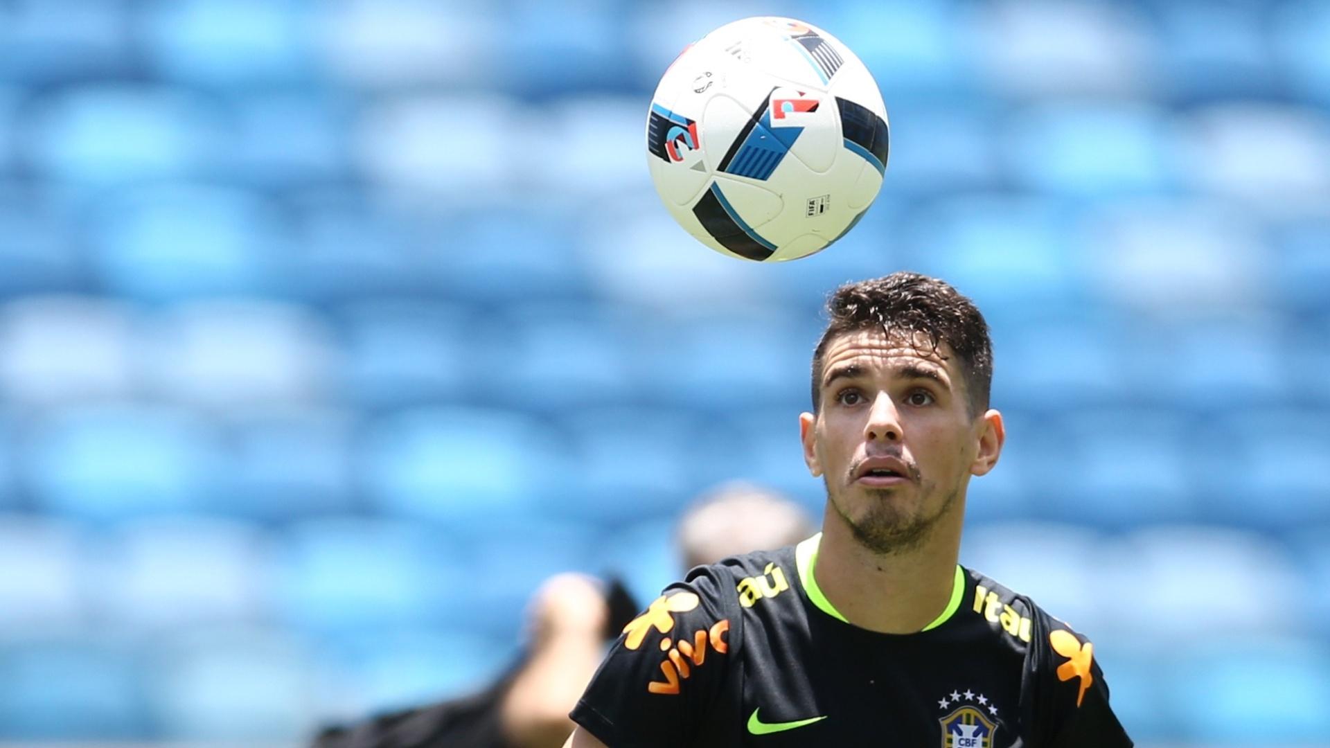 Oscar participa de treino com a seleção brasileira na Arena das Dunas, em Natal (RN)