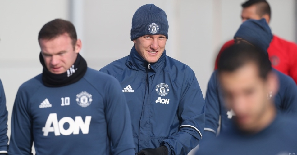 Bastian Schweinsteiger participa de treinamento do Manchester United nesta segunda (31)