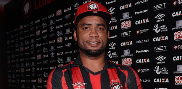 Carlos Alberto é apresentado pelo Atlético-PR e usará a camisa 19