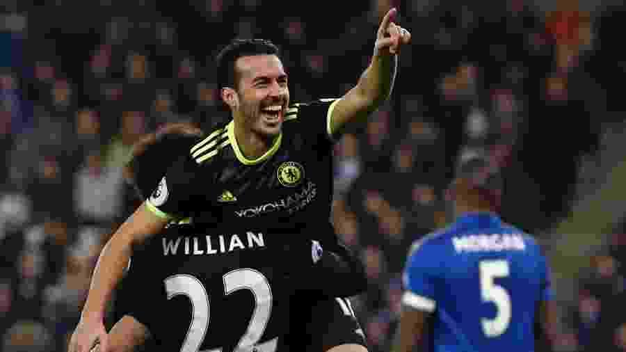 Pedro e Willian comemoram gol do Chelsea - AFP PHOTO / Adrian DENNIS