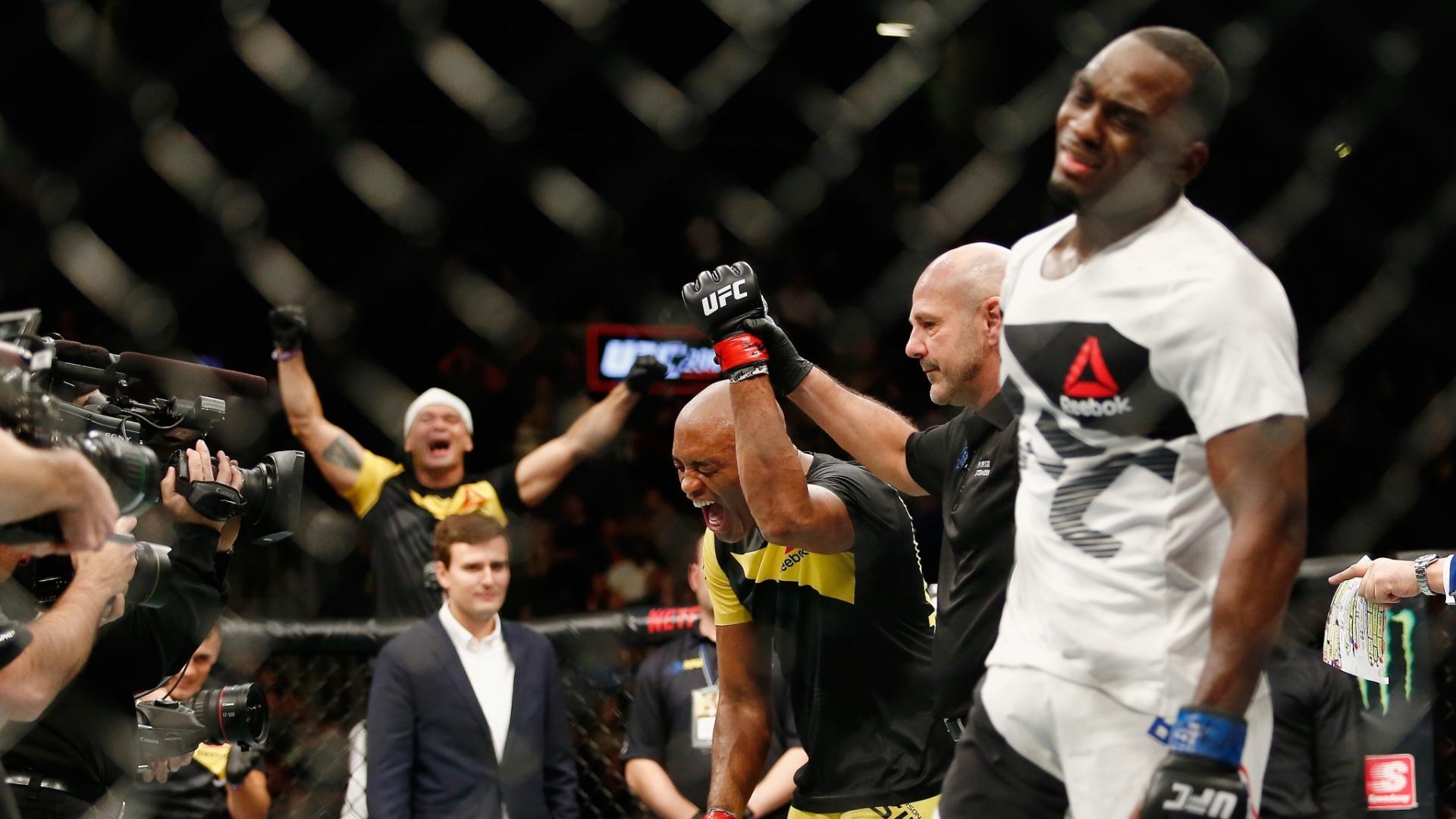 Anderson Silva tem braço levantado para confirmar vitória sobre Derek Brunson