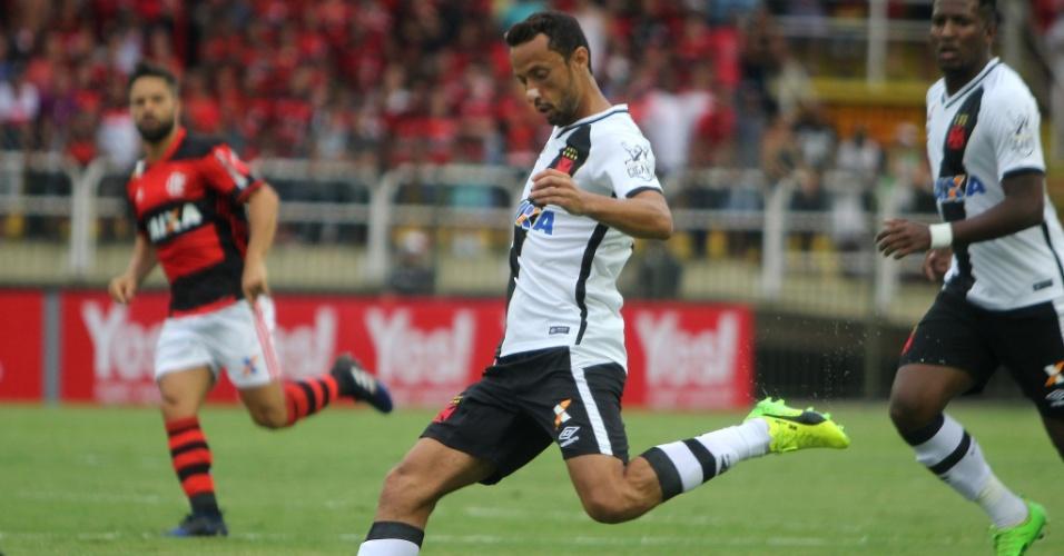 Nenê prepara lançamento durante jogo do Vasco contra o Flamengo, em Volta Redonda