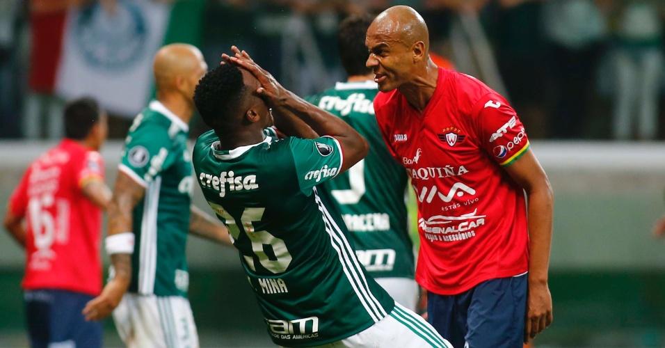Mina, do Palmeiras, e Alex Silva, do Jorge Wilstermann, se estranham na área boliviana, no Allianz Parque