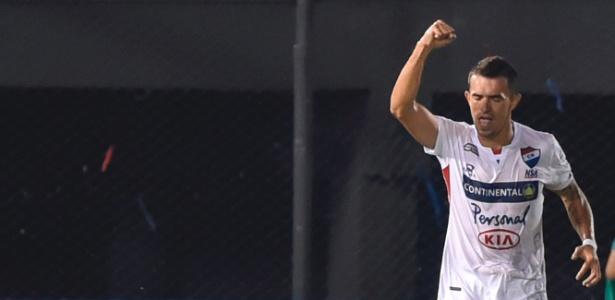 Leonardo Villagra comemora gol marcado sobre o Cruzeiro no Paraguai