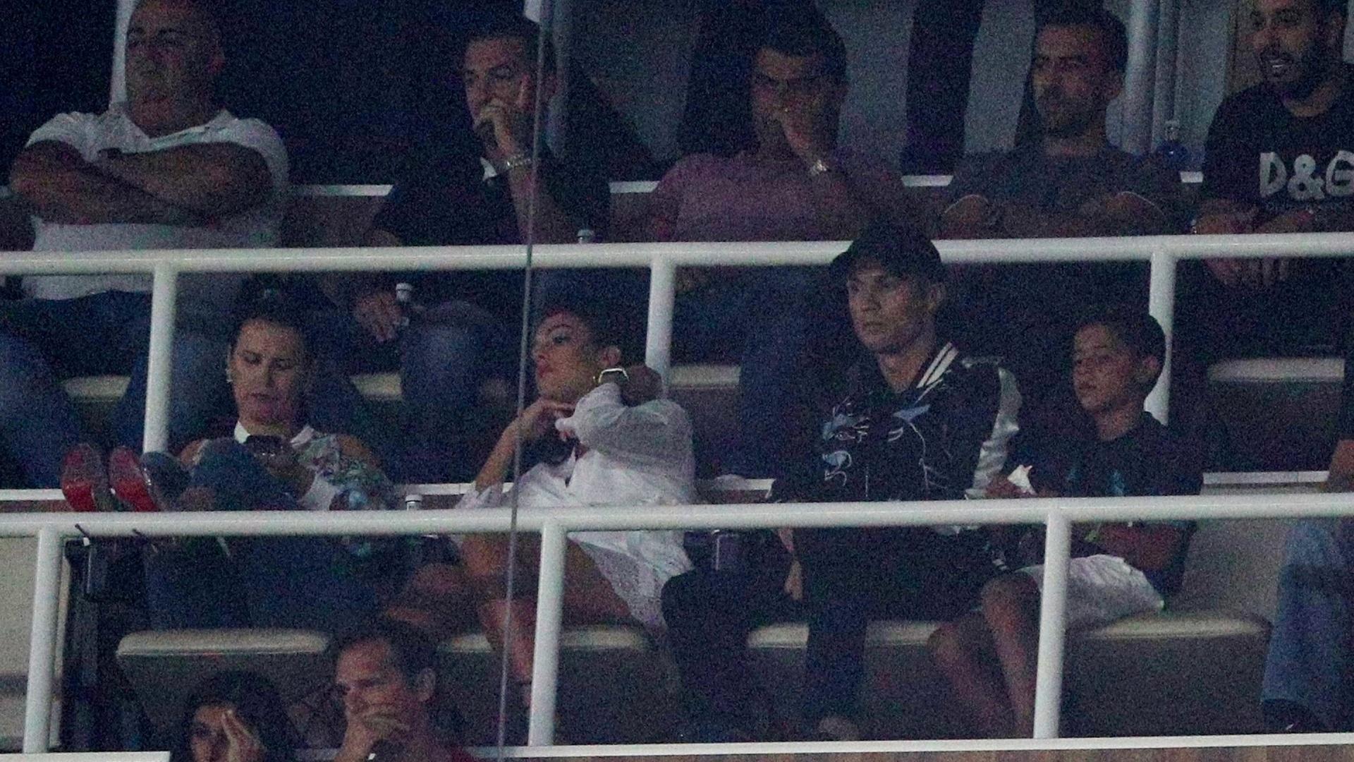 Cristiano Ronaldo assiste ao jogo entre Real Madrid e Barcelona