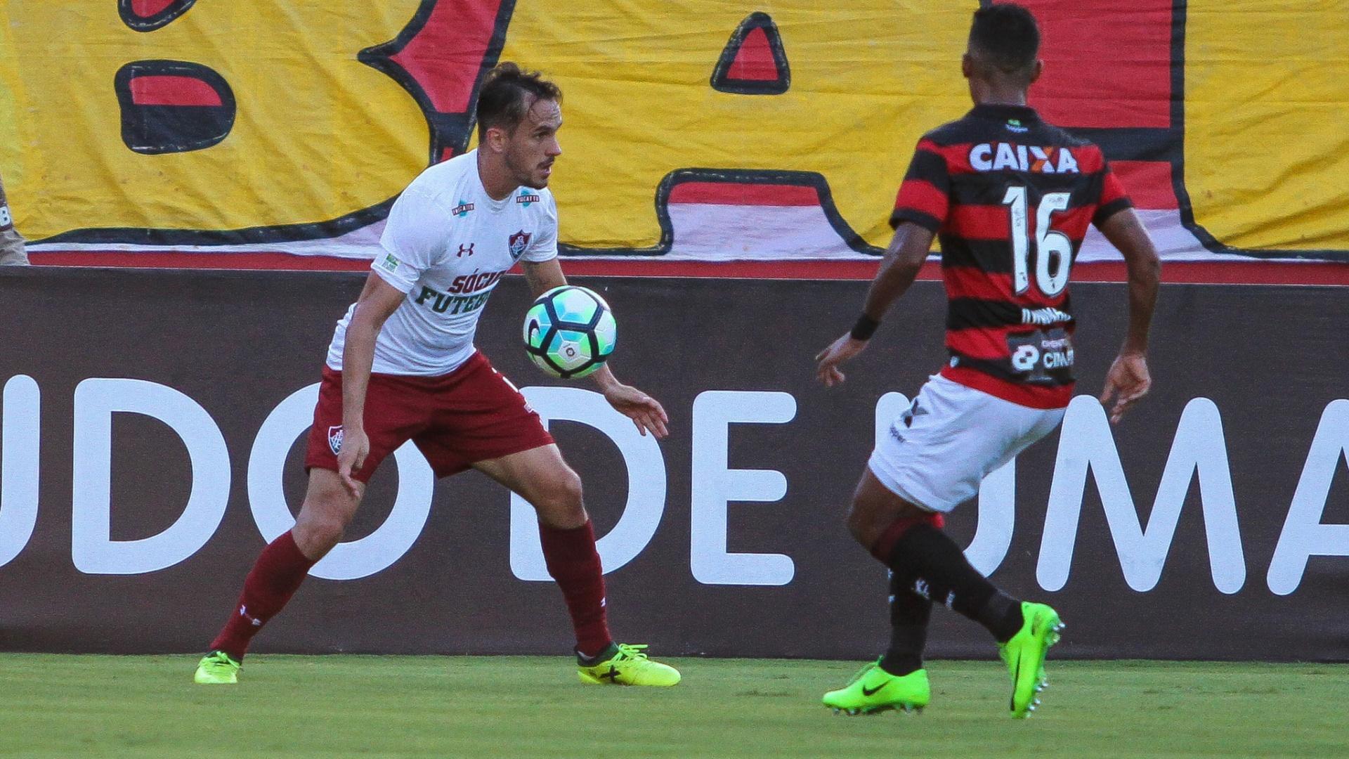 Lucas, do Fluminense, em ação durante partida contra o Vitória