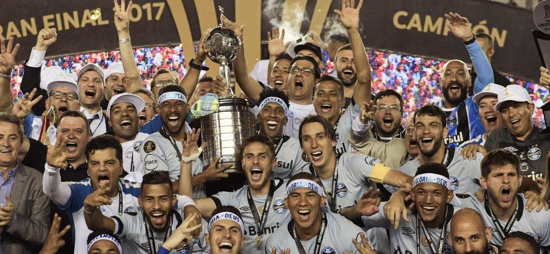 Jogadores do Grêmio comemoram o título da Libertadores de 2017 - AFP PHOTO / JUAN MABROMATA