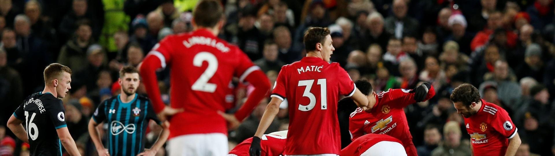 Lukaku cai após choque de cabeça no jogo entre Manchester United e Southampton