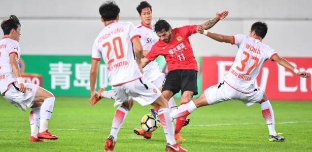 Ricardo Goulart tenta finalização durante jogo do Guangzhou Evergrande contra o Jeju United