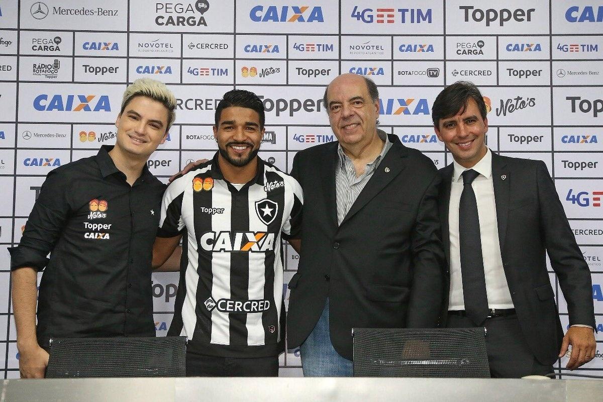 d0d68330a5 Aguirre é apresentado no Botafogo por Felipe Neto