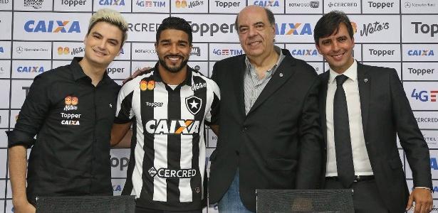 Rodrigo Aguirre ganhou camisa do Botafogo das mãos do youtuber Felipe Neto