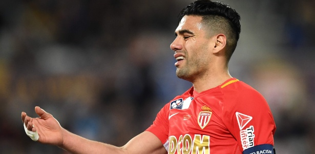 Falcao García lameta lance durante final da Copa da Liga da França - AFP