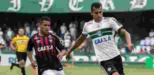 Romercio, do Coritiba, disputa bola com Ederson, do Atlético-PR, em jogo do estadual - Cleber Yamaguchi/AGIF