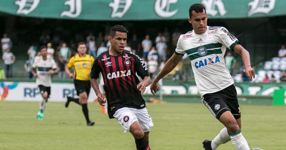 Romercio (à direita) e Ederson em lance do clássico entre Coritiba e Atlético-PR