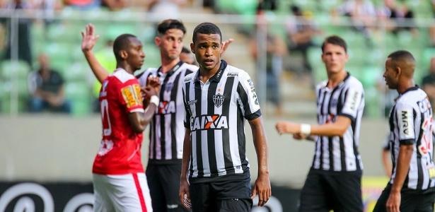 Alerrandro renovou com o Atlético-MG após ficar duas semanas afastado do elenco profissional