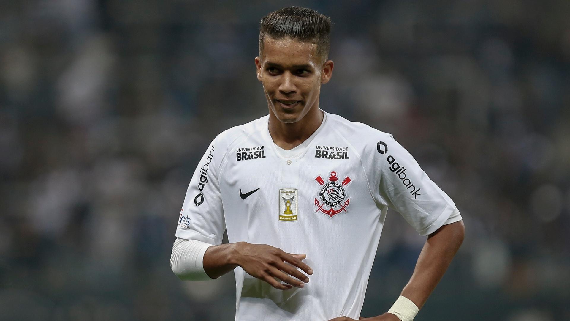 Pedrinho em ação pelo Corinthians no jogo contra o Vitória