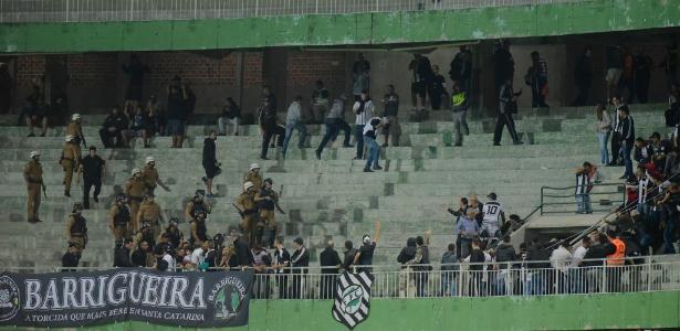 Policais entram em confronto com torcedores do Figueirense no Couto Pereira
