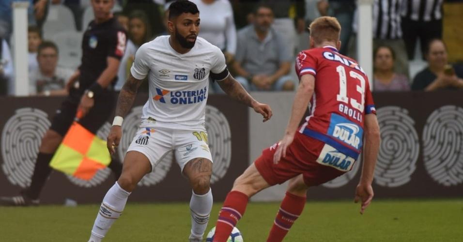 Gabigol encara a marcação de Douglas Grolli na partida Bahia x Santos pelo Campeonato Brasileiro 2018