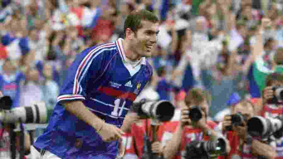 Zinedine Zidane em ação durante final da Copa do Mundo de 1998 entre França e Brasil - Gabriel Bouys/AFP