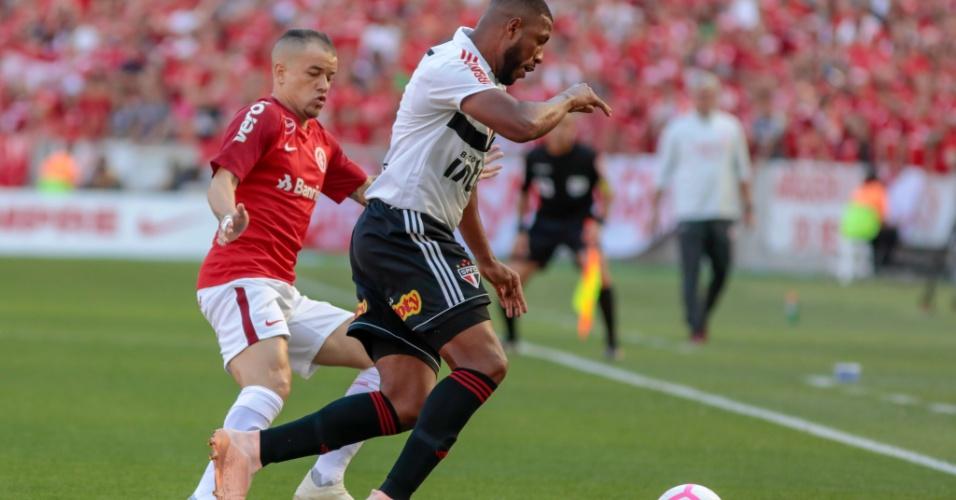 Jucilei e D'Alessandro disputam bola durante duelo entre Internacional e São Paulo
