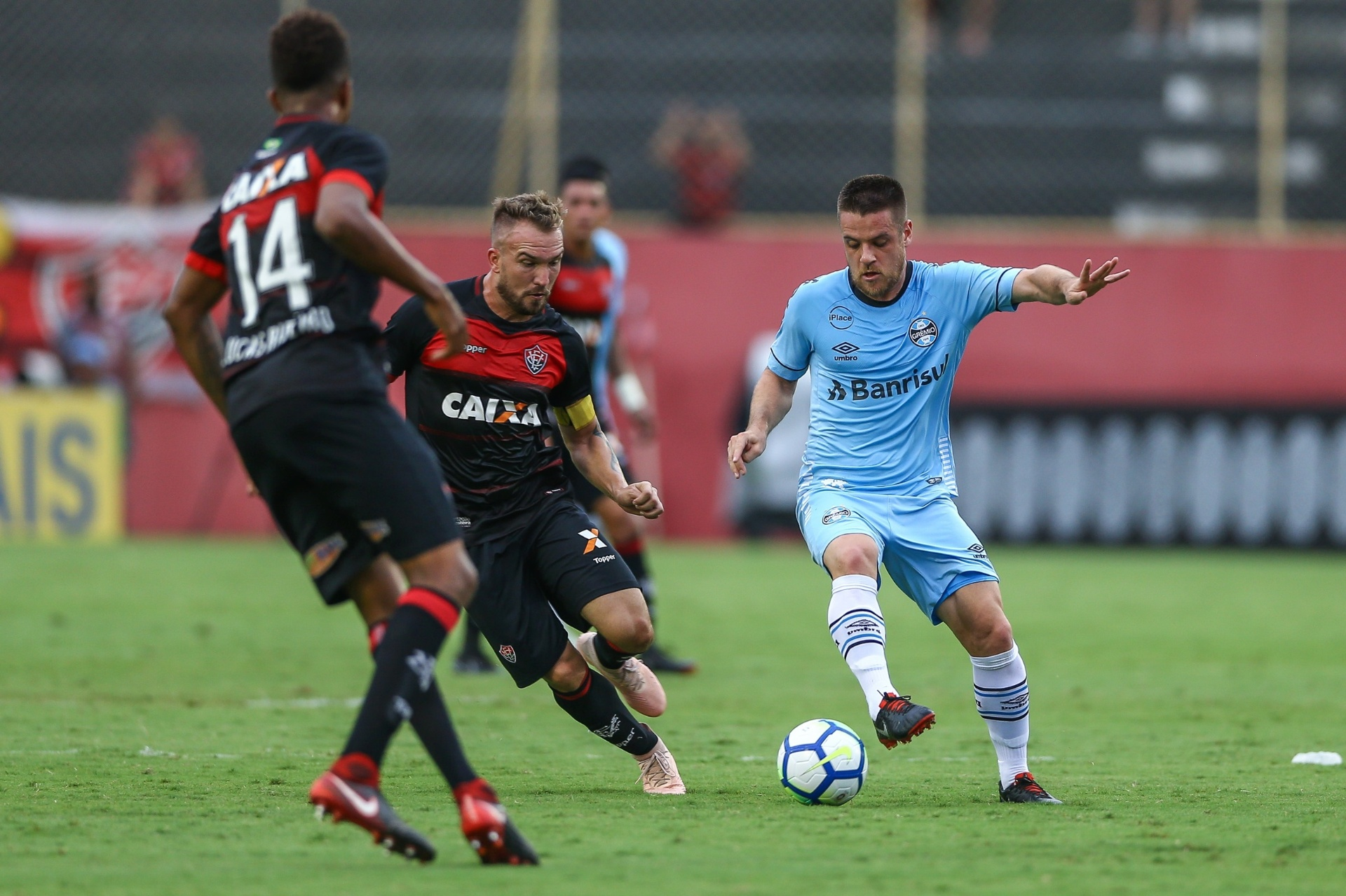 Grêmio só empata com Vitória e pode perder quarto lugar para o São Paulo -  25 11 2018 - UOL Esporte eac3976d65fa9