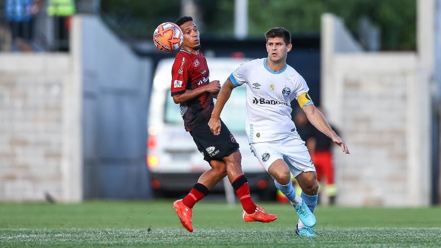 Walter Kannemann disputa bola durante a partida entre Grêmio e Brasil de Pelotas - LUCAS UEBEL/GREMIO FBPA