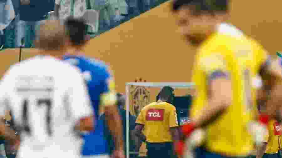 Wagner do Nascimento Magalhães consulta VAR durante final da Copa do Brasil - Marcello Zambrana/AGIF