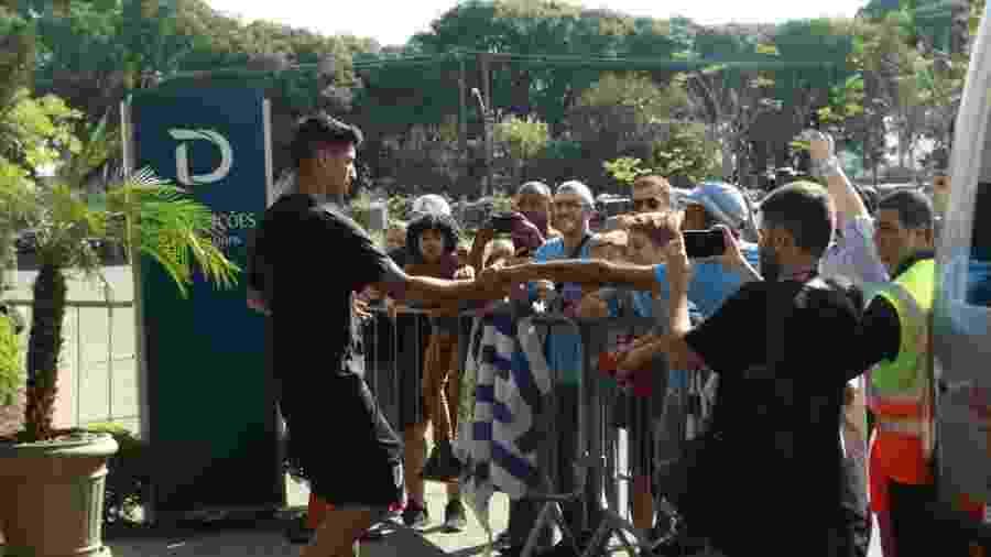 Luís Suárez atende torcedores do Uruguai no hotel após treinamento do time em Porto Alegre - Marinho Saldanha/UOL