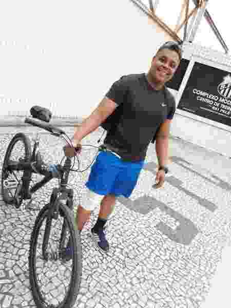 Ciclista machucou o joelho na queda em colisão com Sampaoli. Na sequência, foi ao CT do Santos por fotos com o treinador - Arquivo Pessoal
