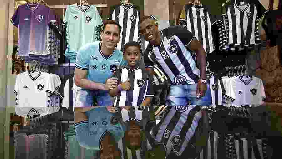 Gatito Fernández e Marcelo posam ao lado de jovem torcedor em lançamento do novo uniforme - Vitor Silva/Botafogo