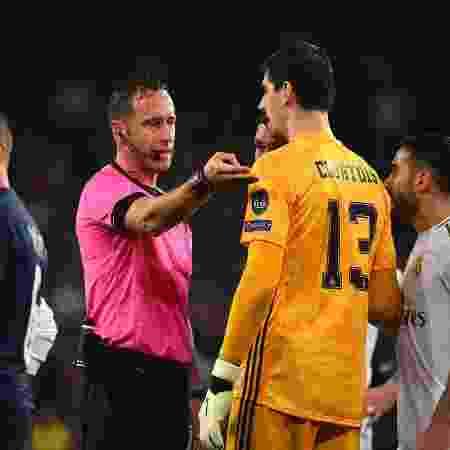 Courtois conversa com o árbitro Artur Dias - GABRIEL BOUYS / AFP