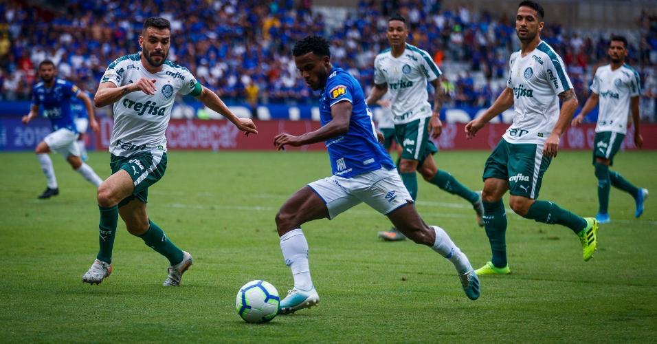 Jogadores de Cruzeiro e Palmeiras disputam a bola no Mineirão