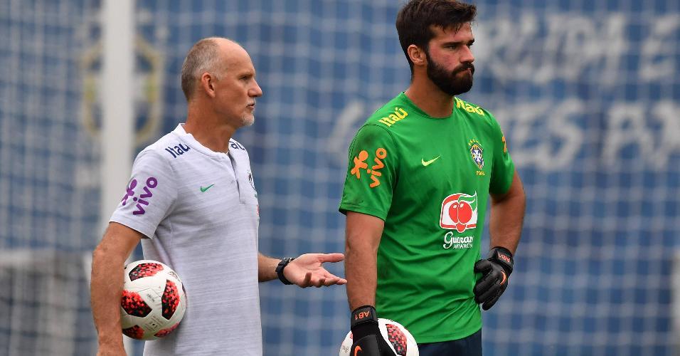 Taffarel conversa com Alisson durante treino da seleção brasileira