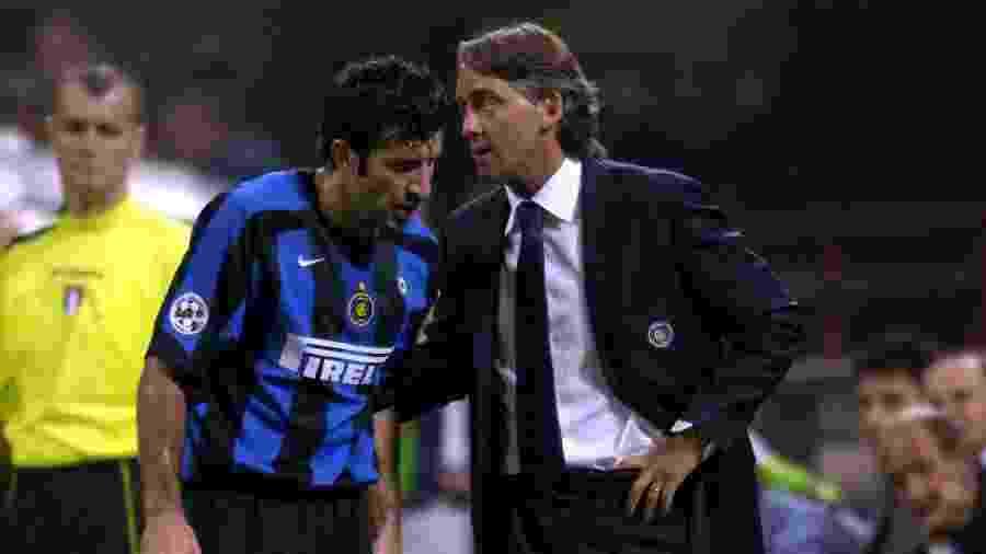 Figo e Mancini em partida pela Inter de Milão, no Giuseppe Meazza, em 2005 - Claudio Villa/Getty Images