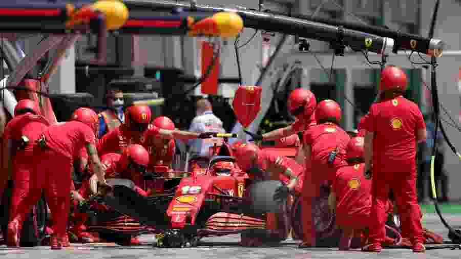 Charles Leclerc nos boxes da Ferrari na Áustria - Peter Fox/Getty Images