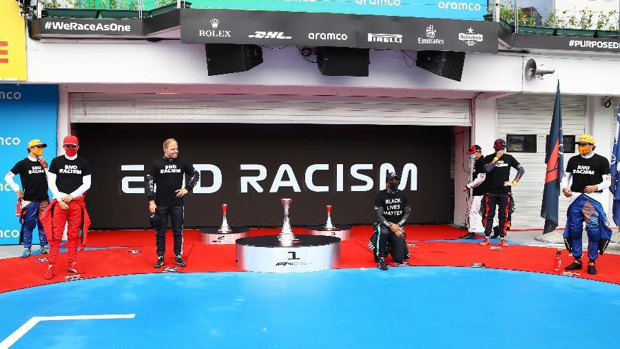 Lewis Hamilton se ajoelha em manifestação contra o racismo antes do GP da Hungria - Mark Thompson/Getty Images