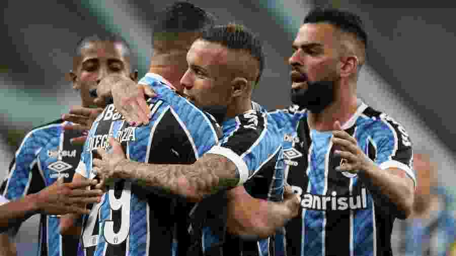 Diego Souza e Everton comemoram gol do Grêmio contra o Novo Hamburgo - EVERTON SILVEIRA/ISHOOT/ESTADÃO CONTEÚDO