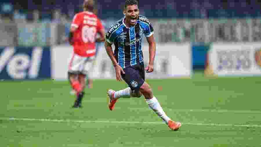 Isaque tem sido utilizado como centroavante na ausência de Diego Souza - Lucas Uebel/Grêmio FBPA