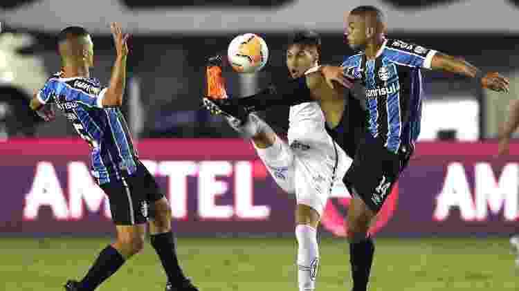Kaio Jorge tenta se livrar de marcação dupla durante Santos x Grêmio pela Copa Libertadores 2020 - Alexandre Schneider/Getty Images - Alexandre Schneider/Getty Images