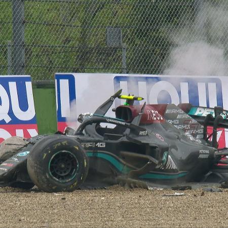 Carro de Bottas ficou destruído após acidente com Russell - Reprodução/Twitter @Formula1